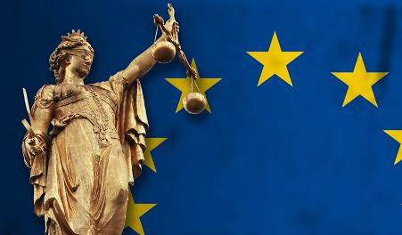 Drapeau européen et statue avec yeux bandés